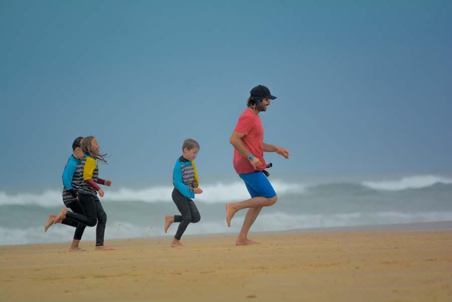 echauffement-enfants-cours-de-surf-messanges-par-benoit