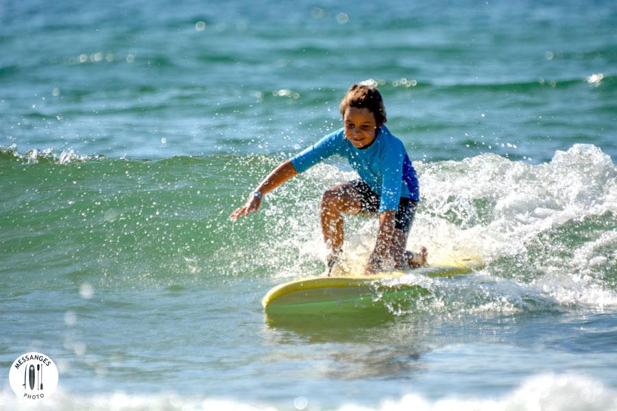 enfant-debout-planche-surf