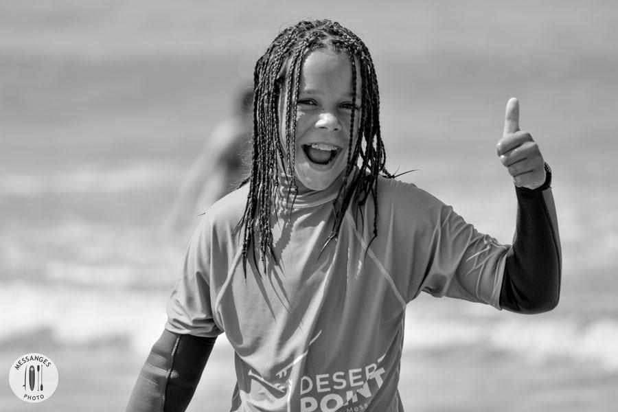 enfant-heureux-cours-surf-messanges