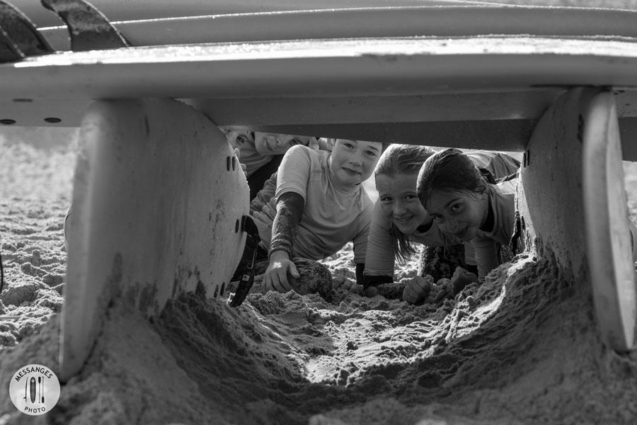 enfants-plage-messanges-sous-planche-surf