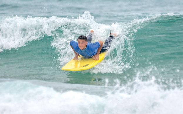 surfeur-débutant-cours-de-surf-apprentissage