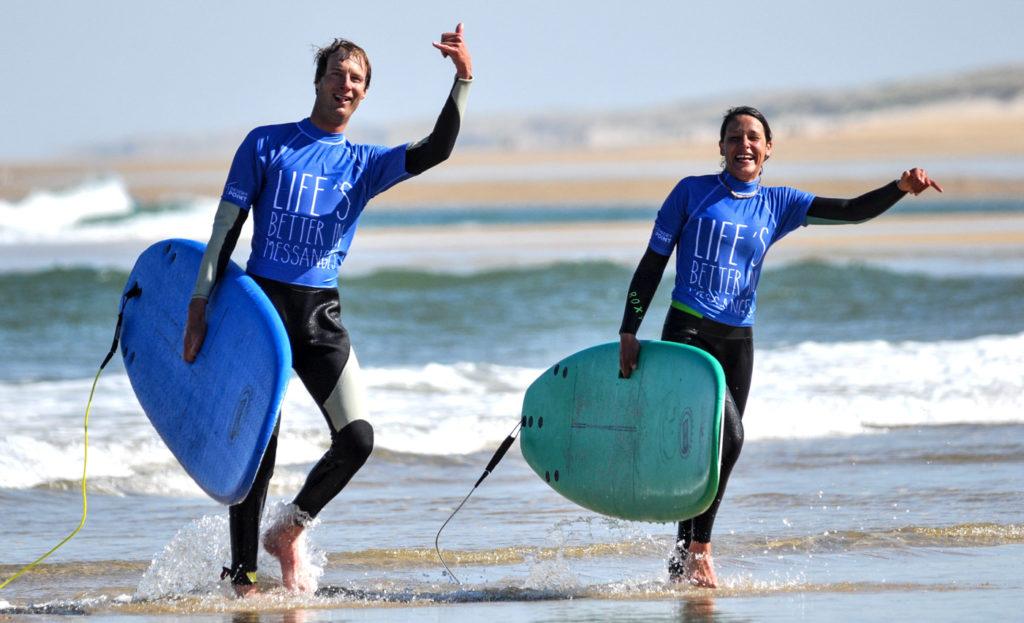 ecole-surf-couple-de-surfeur-heureux